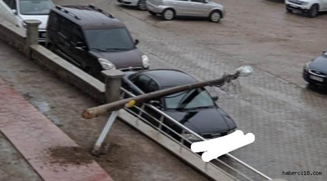 Çankırı Yenimahalle'de bir aracın üzerine elektrik direği düştü