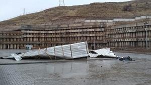 Çankırı'da Şiddetli Rüzgâr Etkili Oldu; Yeni Valilik Binası Çatısı Uçtu