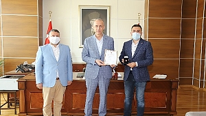 Kızılay'dan Valimiz Hamdi Bilge Aktaş'a Bronz Madalya Beratı