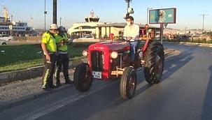 Dedesinin Yıllar Önce Kullandığı 1964 Model Traktörle İstanbul'u Turluyor