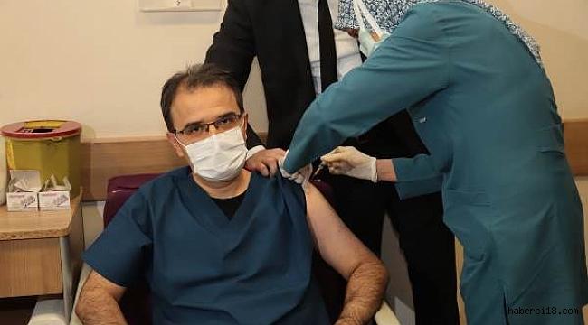 Valimiz Çankırı Devlet Hastanesinde Koronavirüs Aşısı Yaptırdı