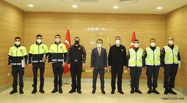 Valimiz Ayaz'dan Emniyet ve Jandarma Personeline Başarı Belgesi