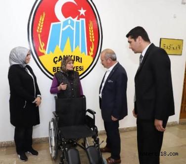 Başkan Esen'den Engelli Vatandaşa Tekerlekli Sandalye