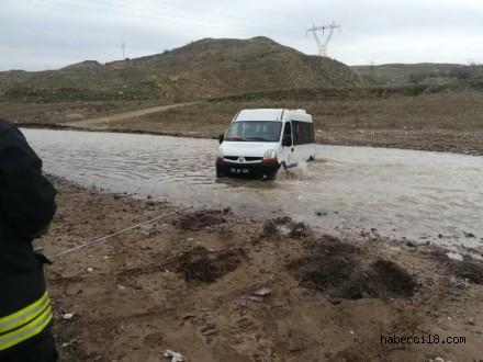 Çankırı Acıçay'da Mahsur Kalan Minibüs Kurtarıldı
