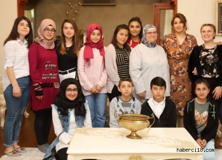 Çocuklar, Anneler Günü'nde Hanımefendi Aktaş'ı Konutta Ziyaret Etti