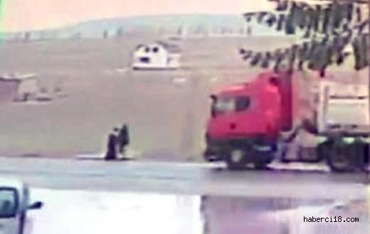 Kamyon Dorse Kapağı Çarpan Kadın Hayatını Kaybetti