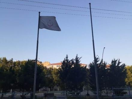 Levhasında Türkiye Cumhuriyeti Sağlık Bakanlığı Yazıyor Ama; Kurumun Önündeki Bayrak Direğinde Türk Bayrağı Yok (Özel Haber)